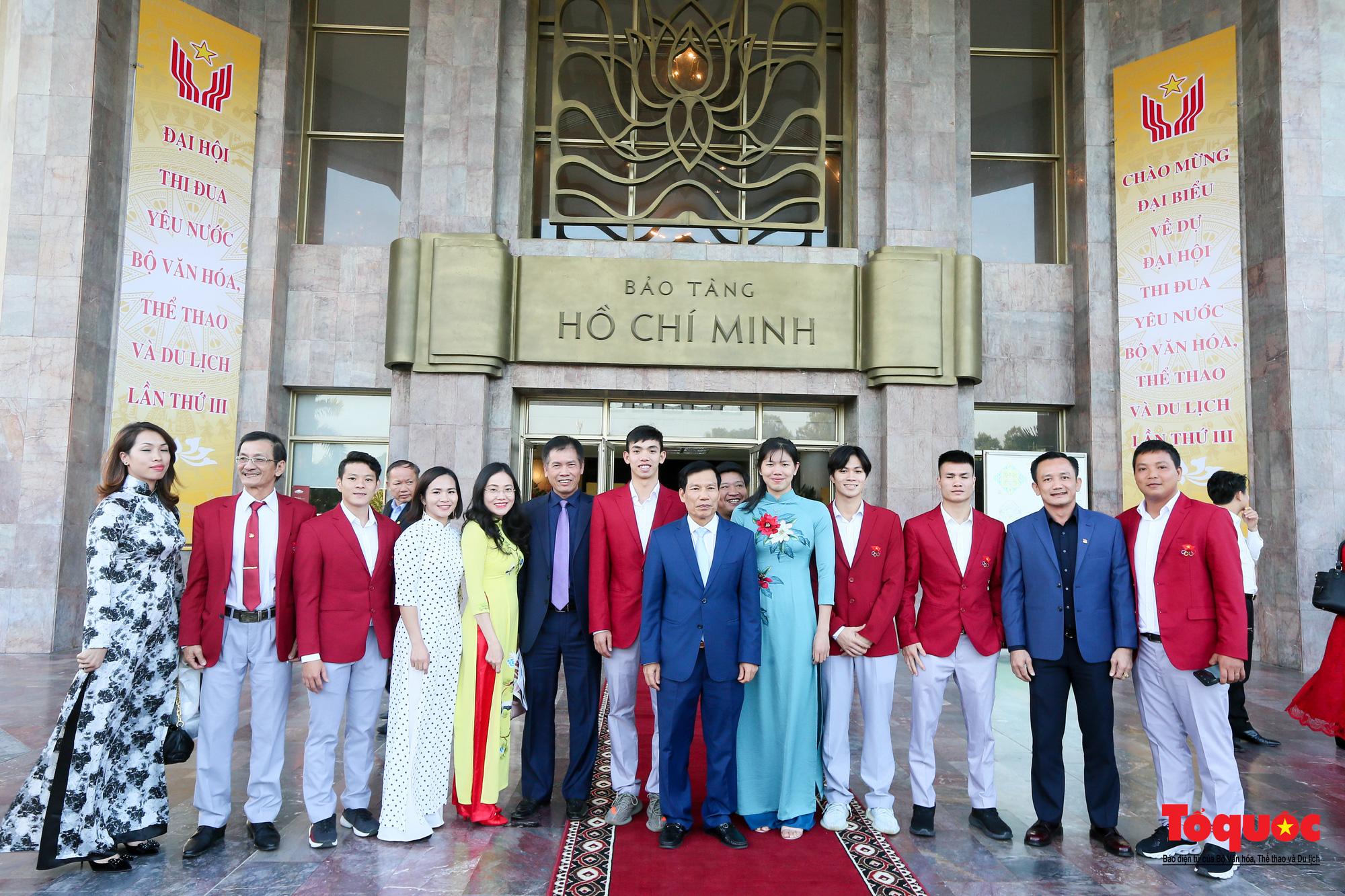 Bộ trưởng Nguyễn Ngọc Thiện chụp ảnh lưu niệm với các đại biểu dự Đại hội.