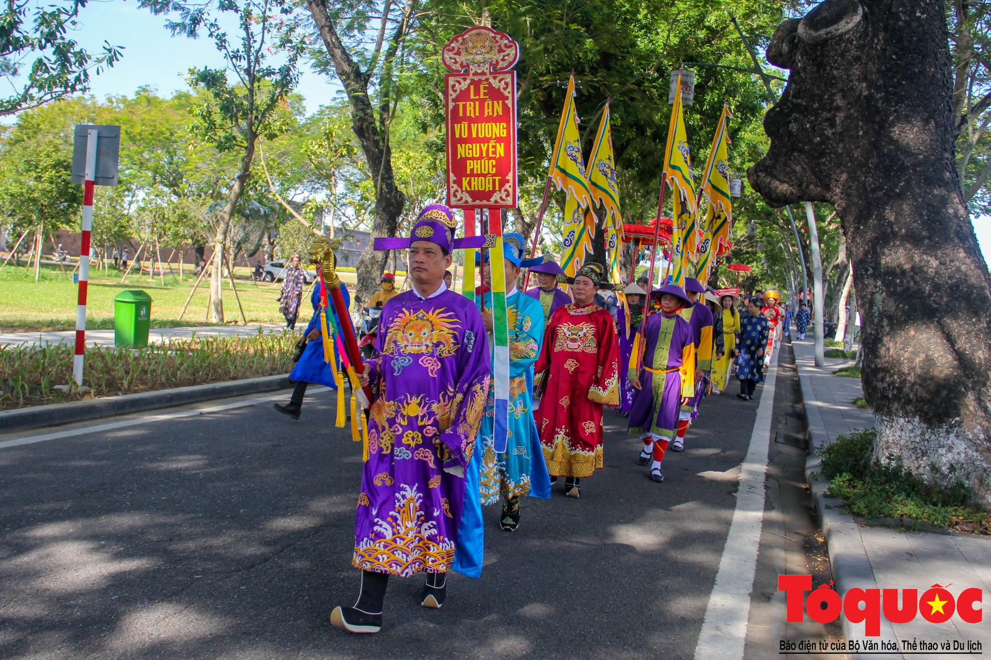 Hàng trăm tà áo dài diễu hành trên phố tri ân chúa Nguyễn Phúc Khoát - Ảnh 2.