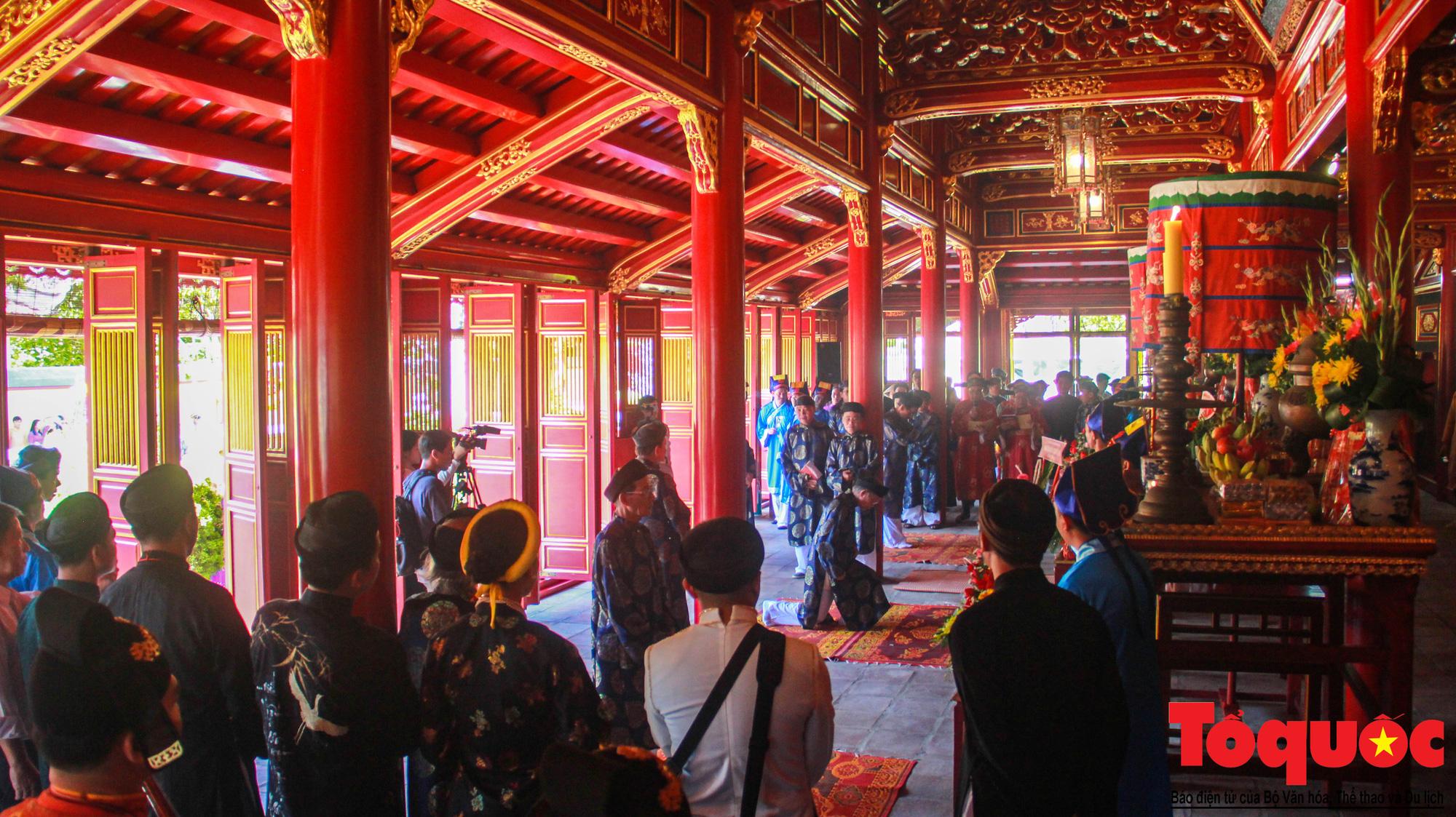 Hàng trăm tà áo dài diễu hành trên phố tri ân chúa Nguyễn Phúc Khoát - Ảnh 10.