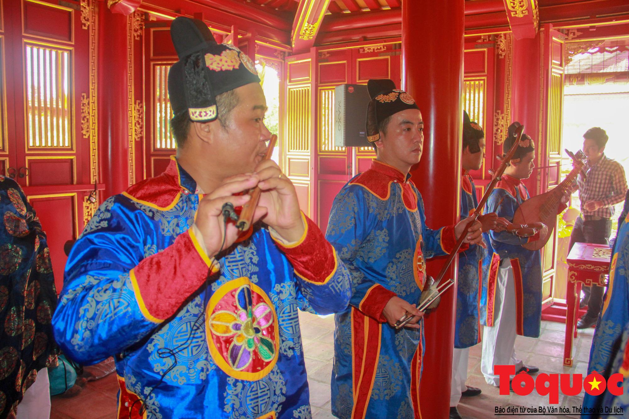 Hàng trăm tà áo dài diễu hành trên phố tri ân chúa Nguyễn Phúc Khoát - Ảnh 11.