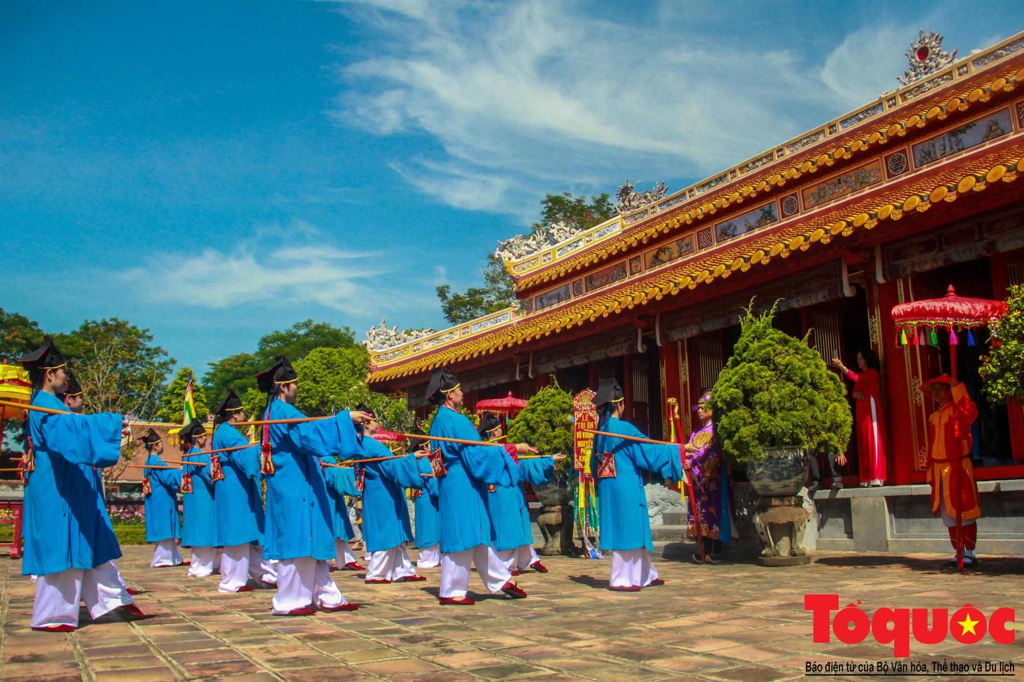 Hàng trăm tà áo dài diễu hành trên phố tri ân chúa Nguyễn Phúc Khoát - Ảnh 12.