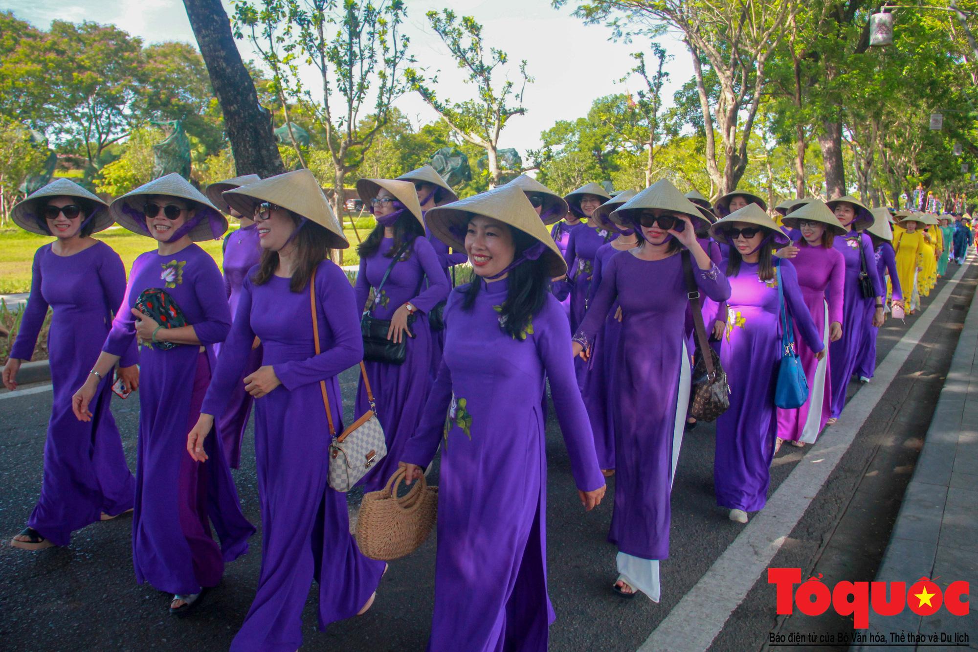 Hàng trăm tà áo dài diễu hành trên phố tri ân chúa Nguyễn Phúc Khoát - Ảnh 4.