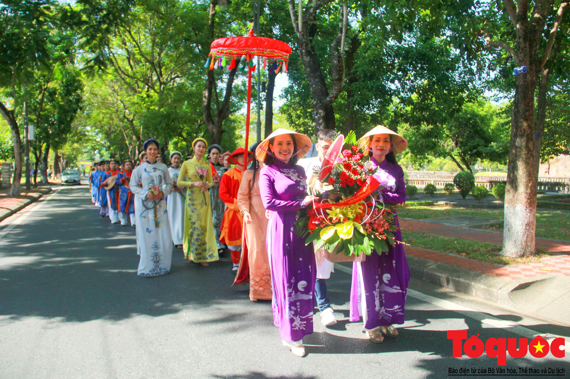 Hàng trăm tà áo dài diễu hành trên phố tri ân chúa Nguyễn Phúc Khoát - Ảnh 3.