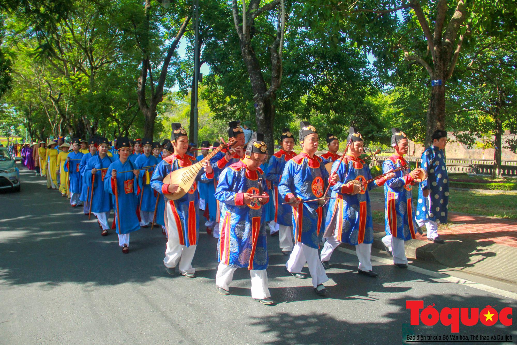 Hàng trăm tà áo dài diễu hành trên phố tri ân chúa Nguyễn Phúc Khoát - Ảnh 6.