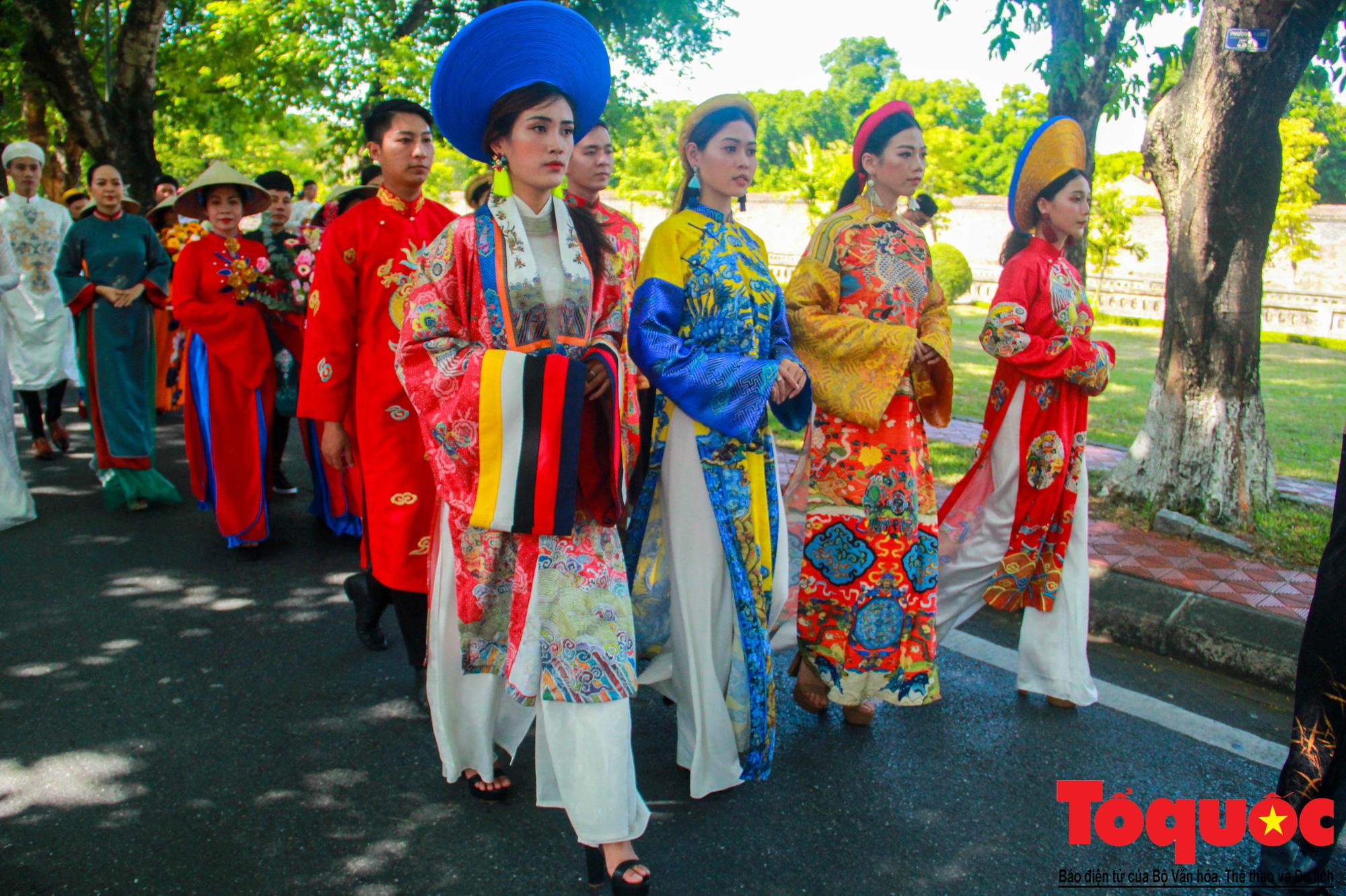 Hàng trăm tà áo dài diễu hành trên phố tri ân chúa Nguyễn Phúc Khoát - Ảnh 5.