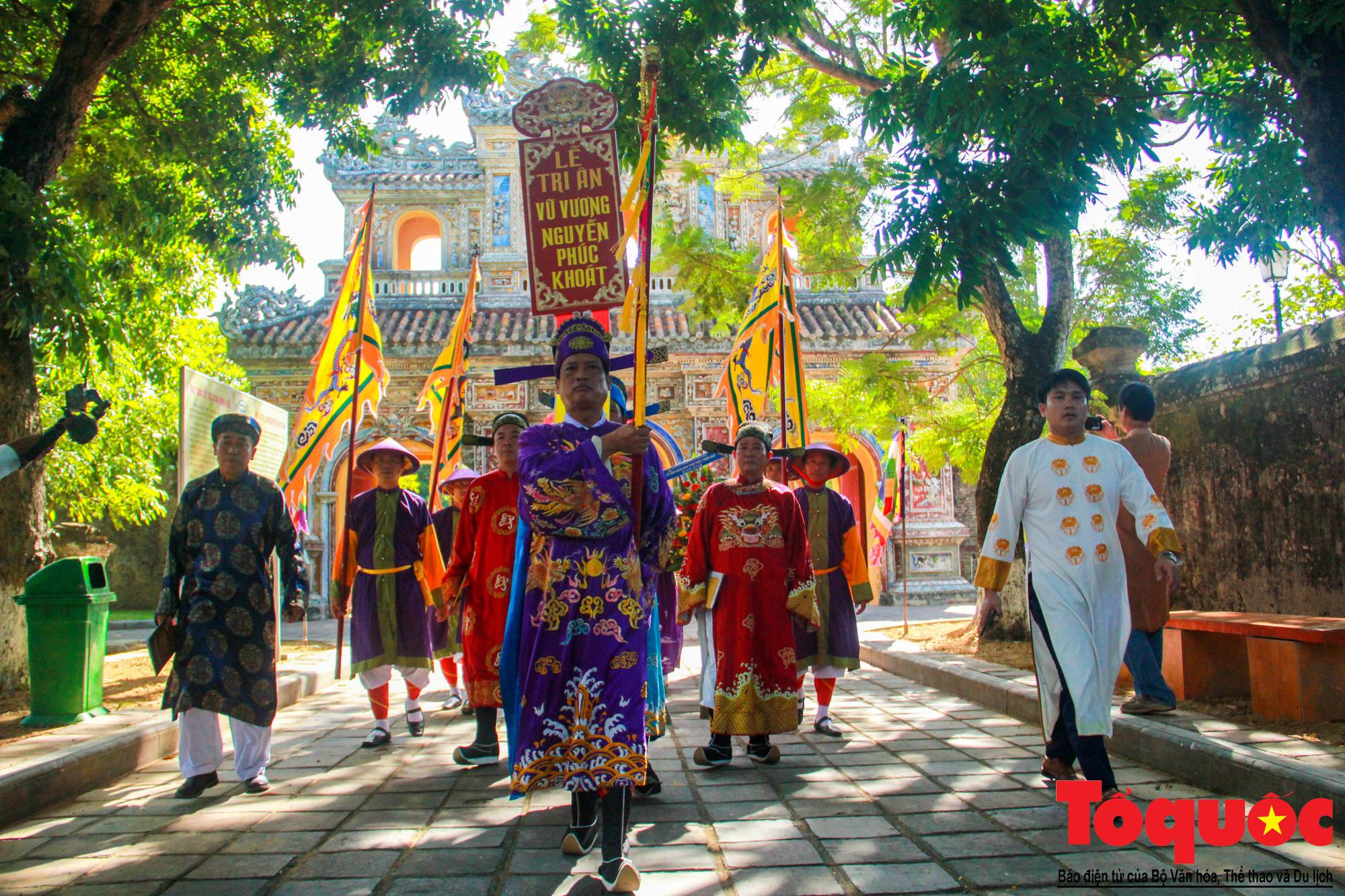 Hàng trăm tà áo dài diễu hành trên phố tri ân chúa Nguyễn Phúc Khoát - Ảnh 7.