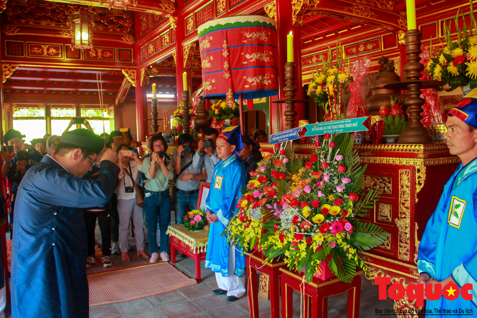 Hàng trăm tà áo dài diễu hành trên phố tri ân chúa Nguyễn Phúc Khoát - Ảnh 8.