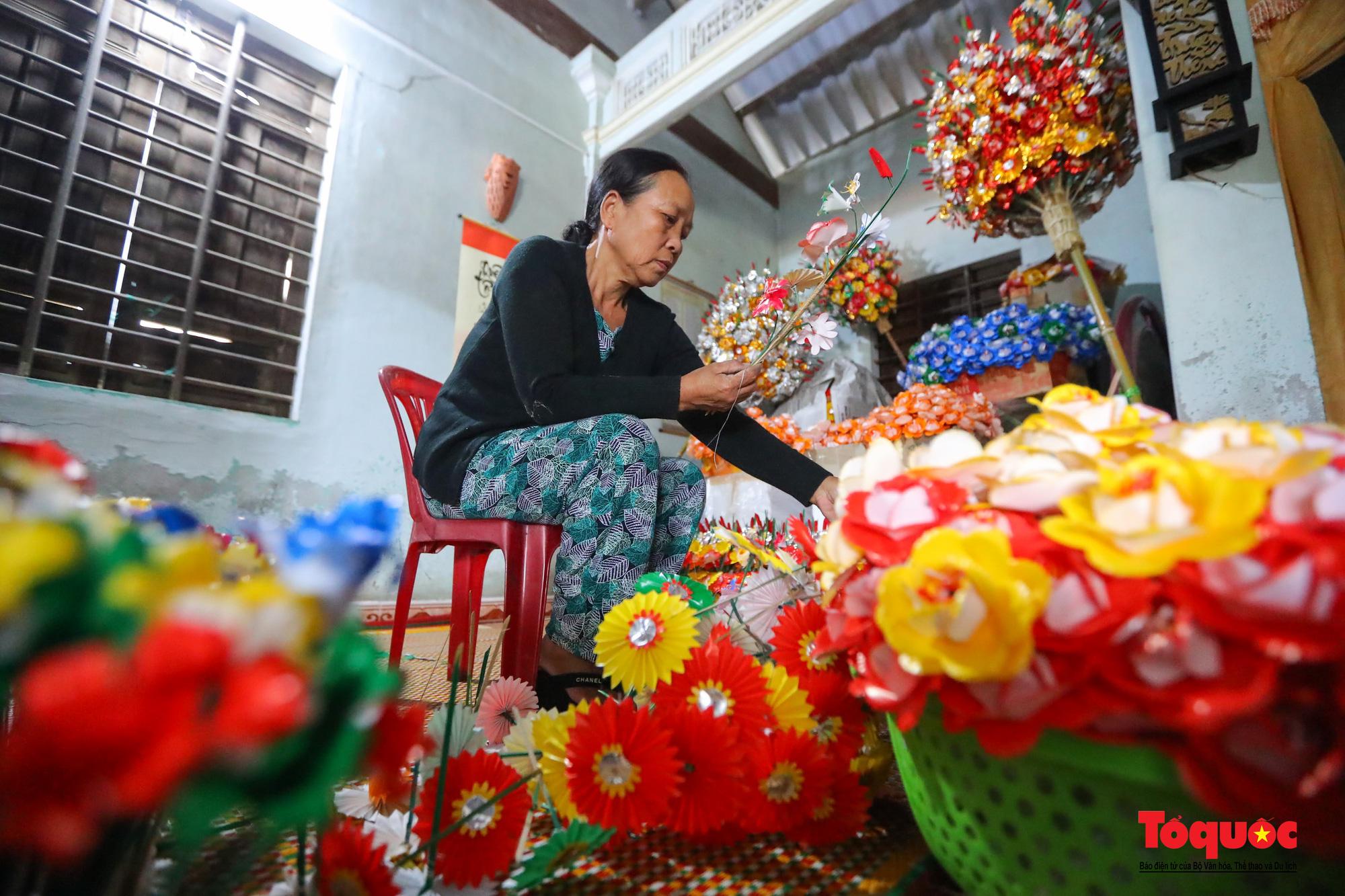 Rực rỡ sắc màu hoa Tết tại làng nghề hoa giấy hơn 300 tuổi - Ảnh 2.