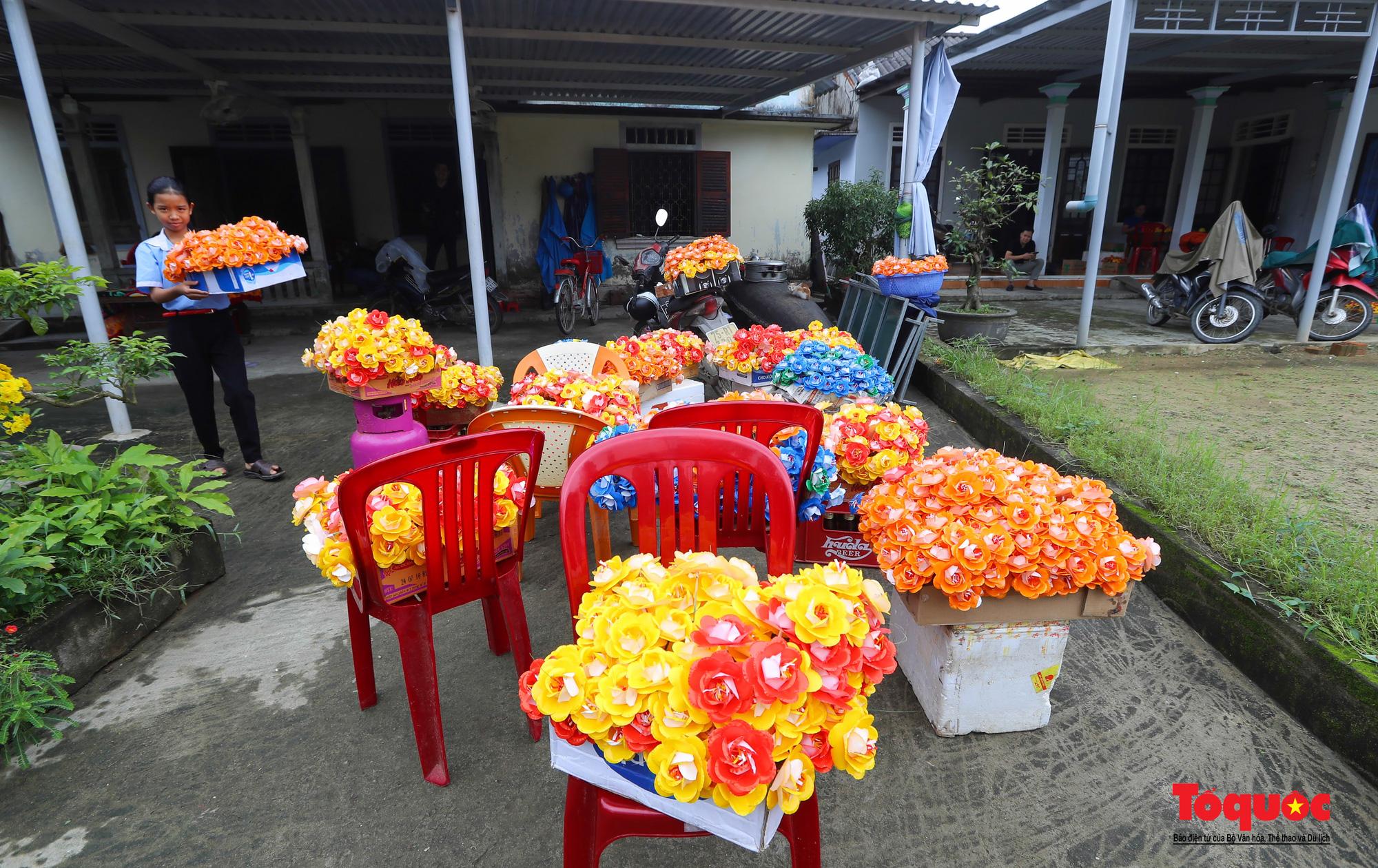 Rực rỡ sắc màu hoa Tết tại làng nghề hoa giấy hơn 300 tuổi - Ảnh 1.