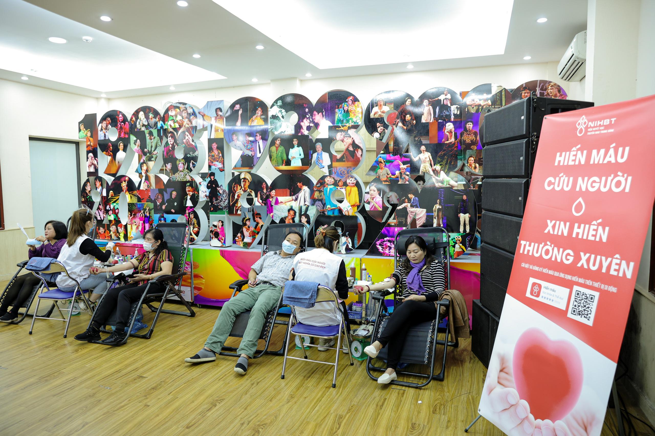 """Đông đảo các nghệ sĩ Việt tham gia hiến máu với thông điệp ý nghĩa """"Trao yêu thương để nhận lại"""". - Ảnh 1."""