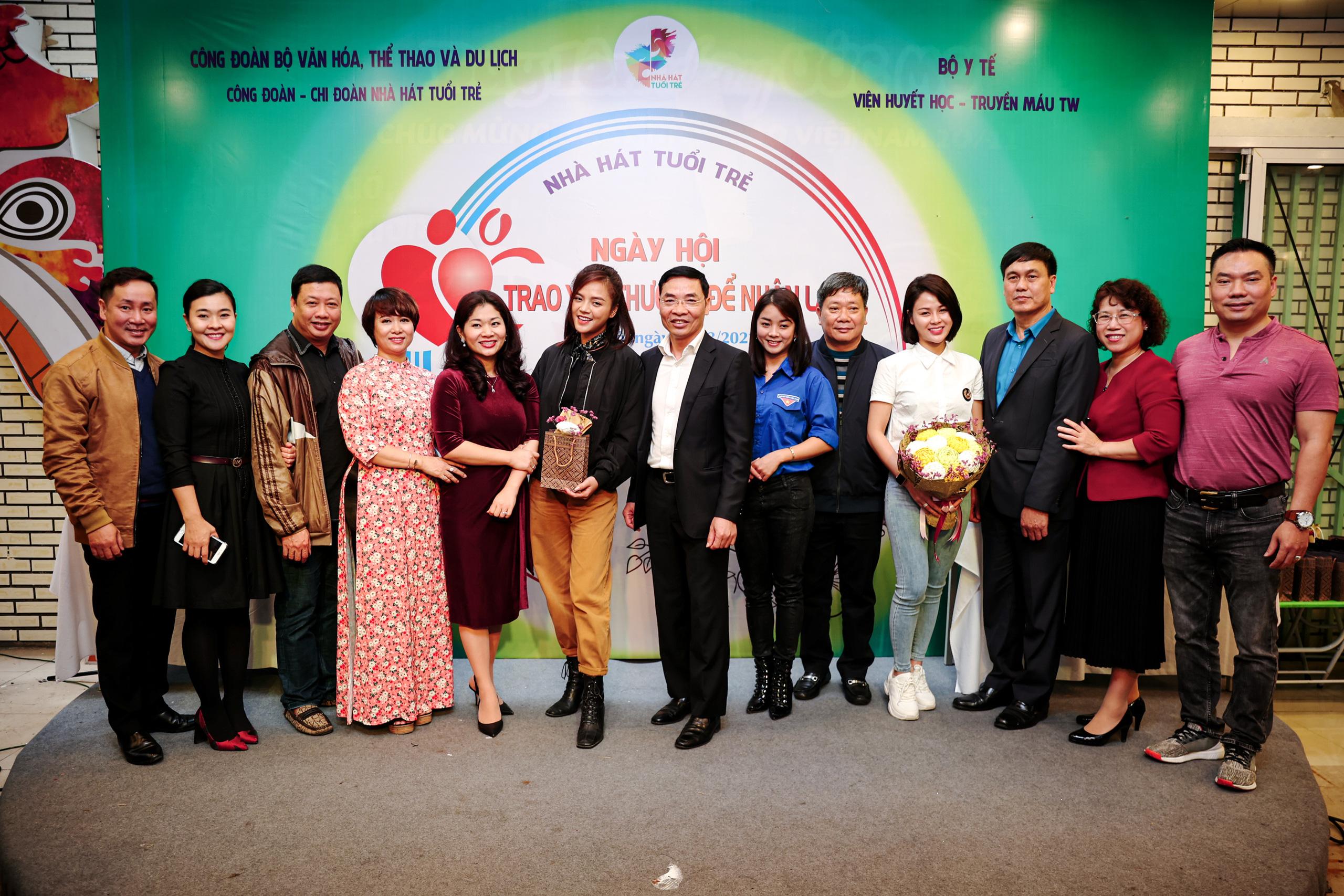 """Đông đảo các nghệ sĩ Việt tham gia hiến máu với thông điệp ý nghĩa """"Trao yêu thương để nhận lại"""" - Ảnh 10."""