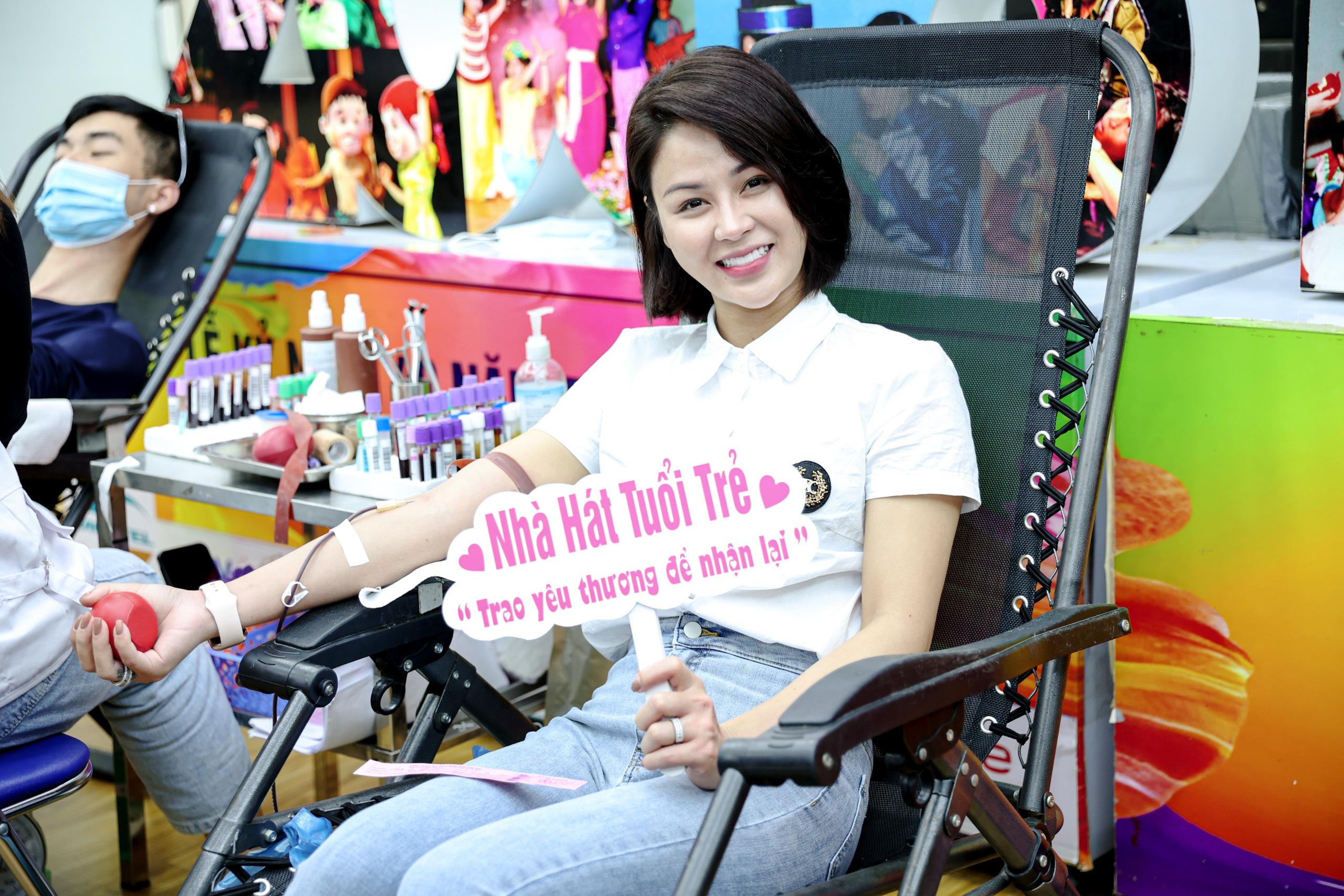"""Đông đảo các nghệ sĩ Việt tham gia hiến máu với thông điệp ý nghĩa """"Trao yêu thương để nhận lại"""". - Ảnh 6."""