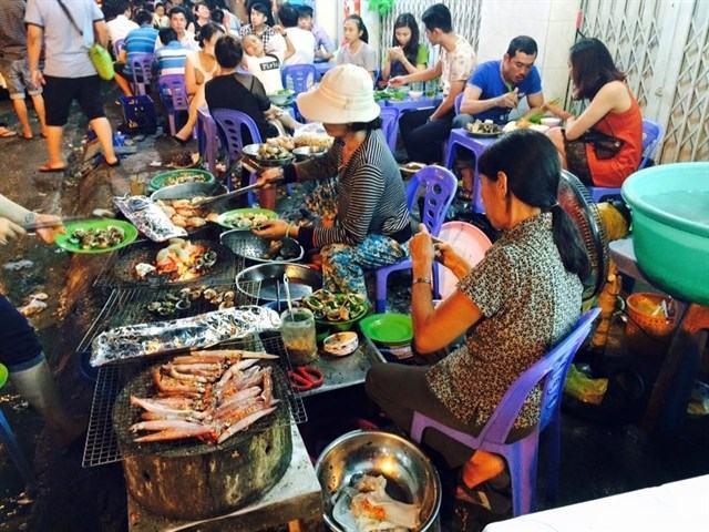 Khánh Hòa: Tăng cường phối hợp quản lý, hỗ trợ du khách trong đợt lễ 30/4 và 1/5 - Ảnh 1.
