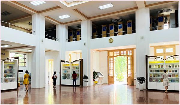 Tổ chức Trưng bày chuyên đề kỷ niệm 110 năm Ngày Bác Hồ ra đi tìm đường cứu nước tại Thư viện Quốc gia Việt Nam - Ảnh 2.