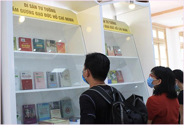 Tổ chức Trưng bày chuyên đề kỷ niệm 110 năm Ngày Bác Hồ ra đi tìm đường cứu nước tại Thư viện Quốc gia Việt Nam - Ảnh 3.