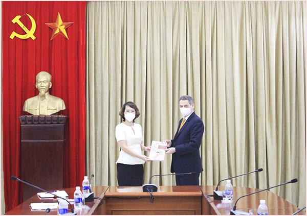 Đại sứ nước Cộng hòa Chile thăm, làm việc tại Thư viện Quốc gia Việt Nam  - Ảnh 4.