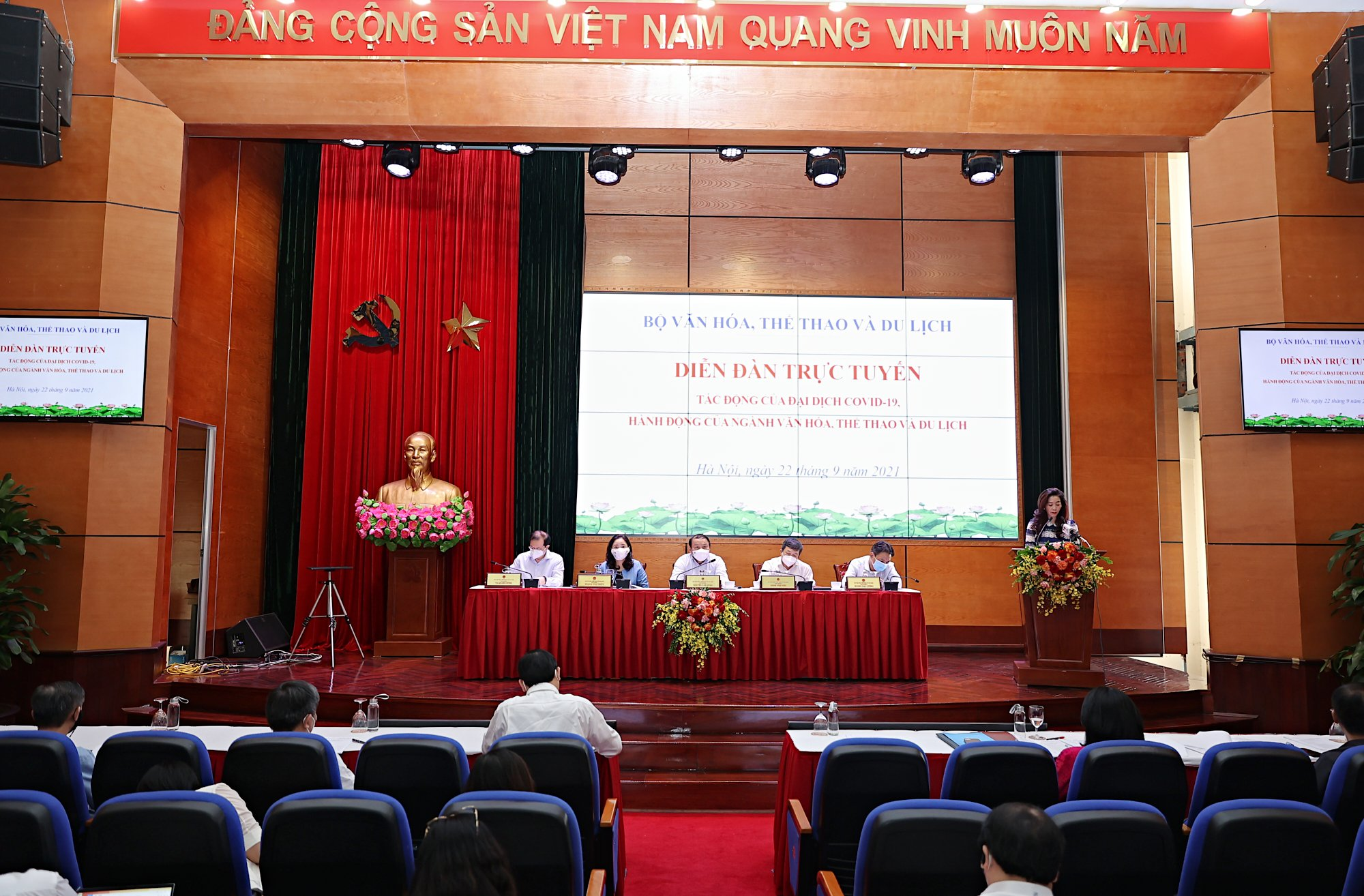 """Bộ trưởng Nguyễn Văn Hùng: """"Thấy được sự hy sinh của tuyến đầu chống dịch để tự soi mình, làm nhiều, cống hiến nhiều hơn"""" - Ảnh 3."""