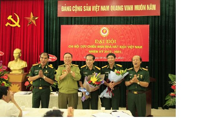 Lãnh đạo Hội CCB Bộ VHTTDL và Lãnh đạo Nhà hát Kịch Việt Nam tặng hoa chúc mừng Ban lãnh đạo Chi hội CCB Nhà hát Kịch VN, nhiệm kỳ 2017-2022