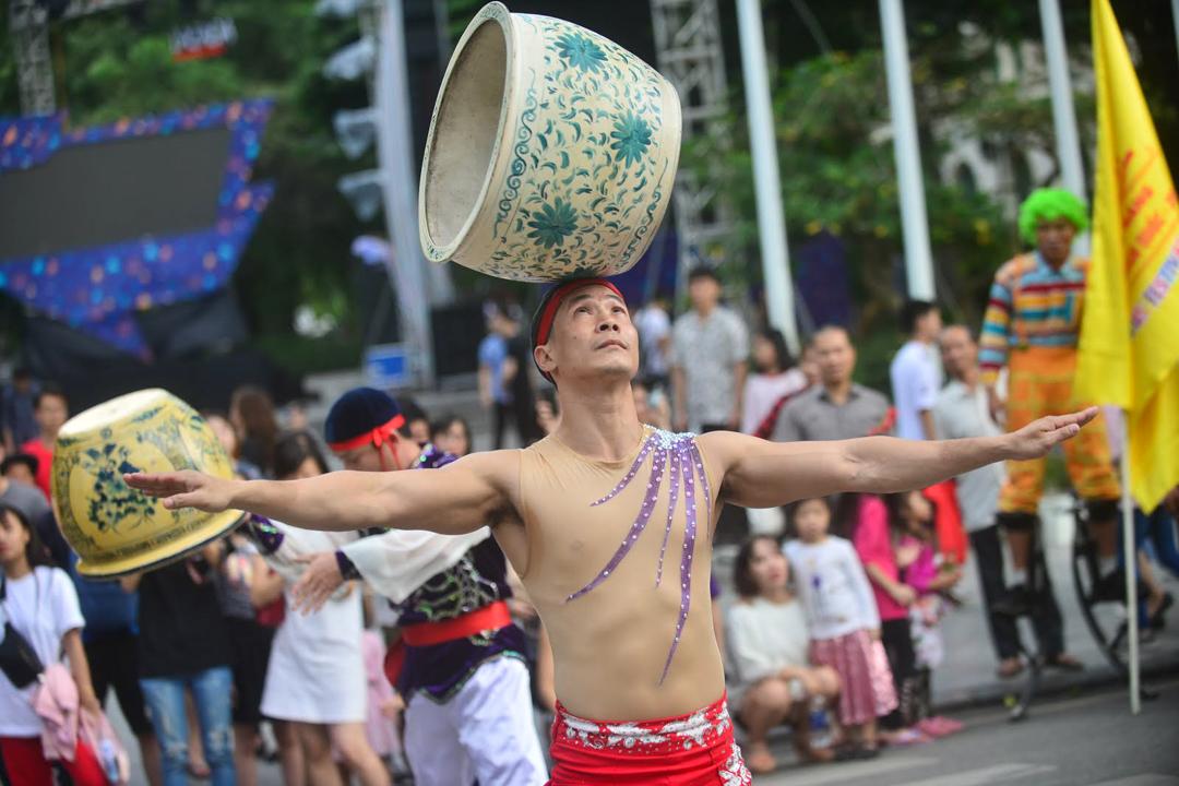 Hàng trăm nghệ sĩ xiếc diễu hành trên phố đi bộ hồ Gươm