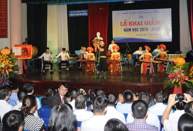 Trường CĐ VHNT Việt Bắc tưng bừng khai giảng năm học mới 2019 - 2020 - Ảnh 1.