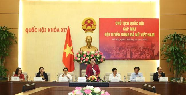 Chủ tịch Quốc hội Nguyễn Thị Kim Ngân gặp mặt đội tuyển bóng đá nữ Việt Nam - Ảnh 1.