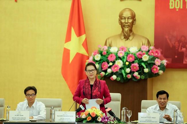 Chủ tịch Quốc hội Nguyễn Thị Kim Ngân gặp mặt đội tuyển bóng đá nữ Việt Nam - Ảnh 2.