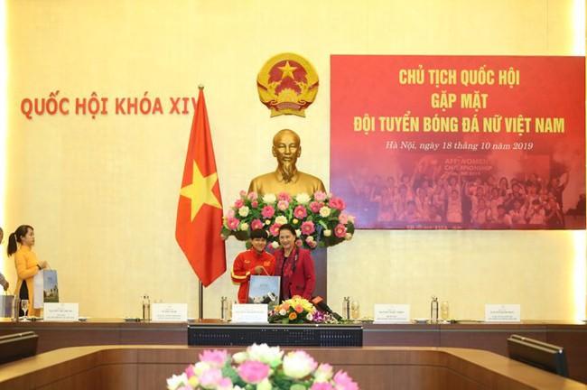Chủ tịch Quốc hội Nguyễn Thị Kim Ngân gặp mặt đội tuyển bóng đá nữ Việt Nam - Ảnh 4.