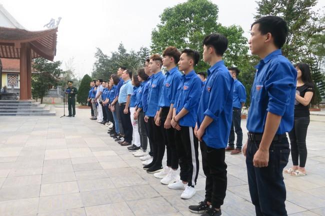 Đoàn thanh niên Bộ VHTTDL dâng hương tại Khu Tưởng niệm các anh hùng liệt sĩ Pò Hèn - Ảnh 1.