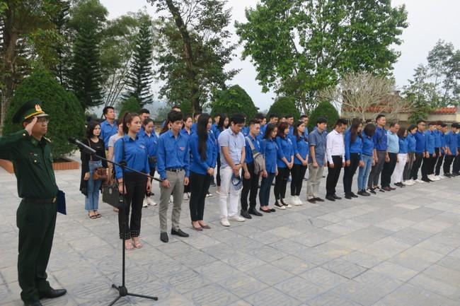 Đoàn thanh niên Bộ VHTTDL dâng hương tại Khu Tưởng niệm các anh hùng liệt sĩ Pò Hèn - Ảnh 2.