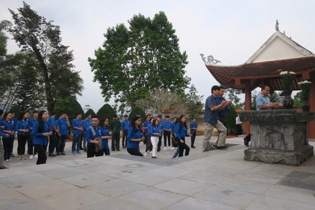 Đoàn thanh niên Bộ VHTTDL dâng hương tại Khu Tưởng niệm các anh hùng liệt sĩ Pò Hèn - Ảnh 3.