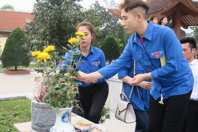 Đoàn thanh niên Bộ VHTTDL dâng hương tại Khu Tưởng niệm các anh hùng liệt sĩ Pò Hèn - Ảnh 4.