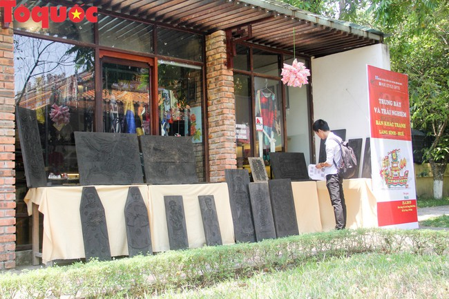 Du khách quốc tế thích thú trải nghiệm làm tranh làng Sình tại Huế - Ảnh 1.