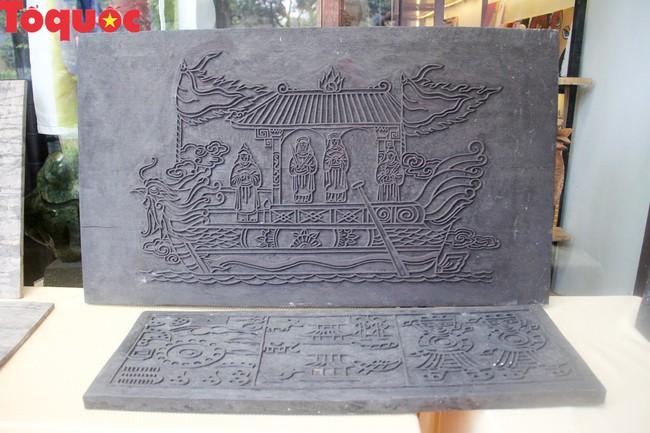 Du khách quốc tế thích thú trải nghiệm làm tranh làng Sình tại Huế - Ảnh 2.