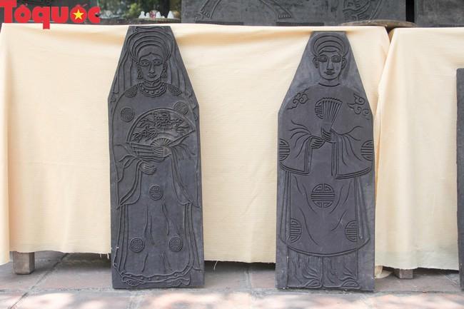 Du khách quốc tế thích thú trải nghiệm làm tranh làng Sình tại Huế - Ảnh 3.