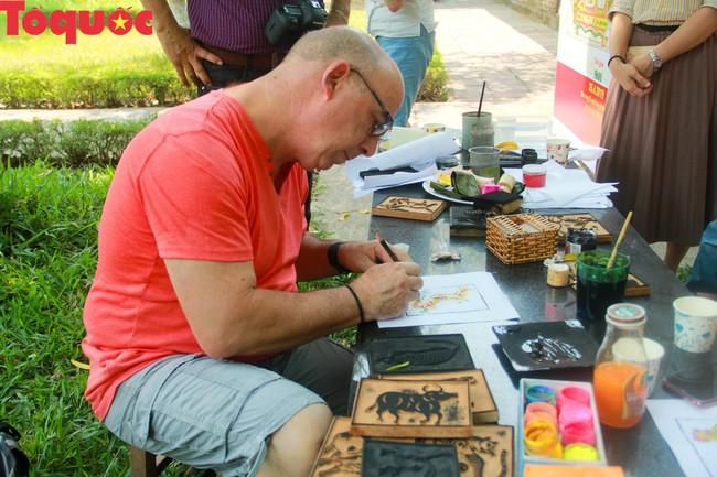 Du khách quốc tế thích thú trải nghiệm làm tranh làng Sình tại Huế - Ảnh 8.