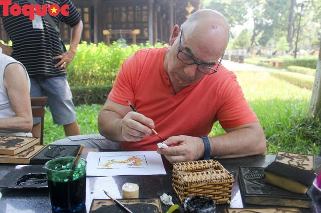 Du khách quốc tế thích thú trải nghiệm làm tranh làng Sình tại Huế - Ảnh 9.