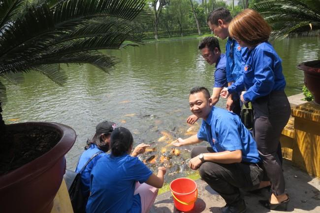 Đoàn Thanh niên Bộ VHTTDL dâng hương tưởng niệm Bác Hồ - Ảnh 2.