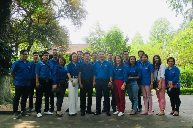Đoàn Thanh niên Bộ VHTTDL dâng hương tưởng niệm Bác Hồ - Ảnh 1.