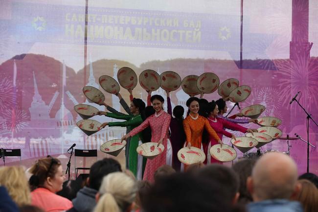 Hàn vạn khán giả tới xem nghệ sỹ Việt biểu diễn tại lễ kỷ niệm 316 năm thành lập thành phố St.Petersburg - Ảnh 2.