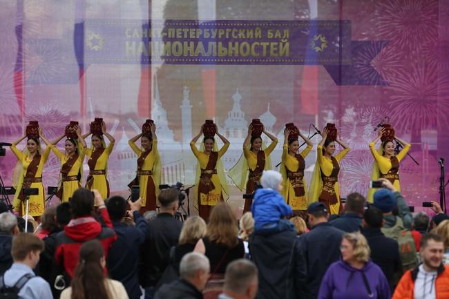 Hàn vạn khán giả tới xem nghệ sỹ Việt biểu diễn tại lễ kỷ niệm 316 năm thành lập thành phố St.Petersburg - Ảnh 4.