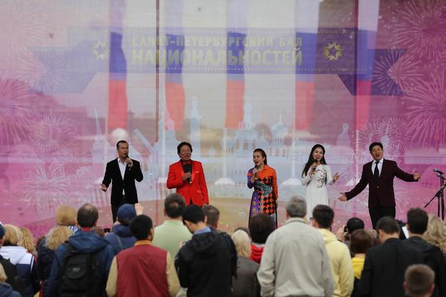 Hàn vạn khán giả tới xem nghệ sỹ Việt biểu diễn tại lễ kỷ niệm 316 năm thành lập thành phố St.Petersburg - Ảnh 7.