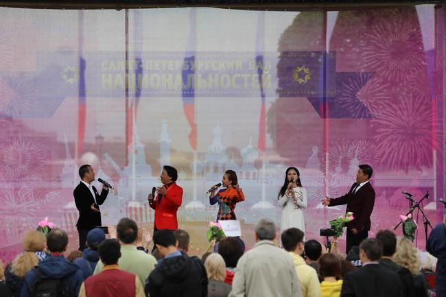 Hàn vạn khán giả tới xem nghệ sỹ Việt biểu diễn tại lễ kỷ niệm 316 năm thành lập thành phố St.Petersburg - Ảnh 8.