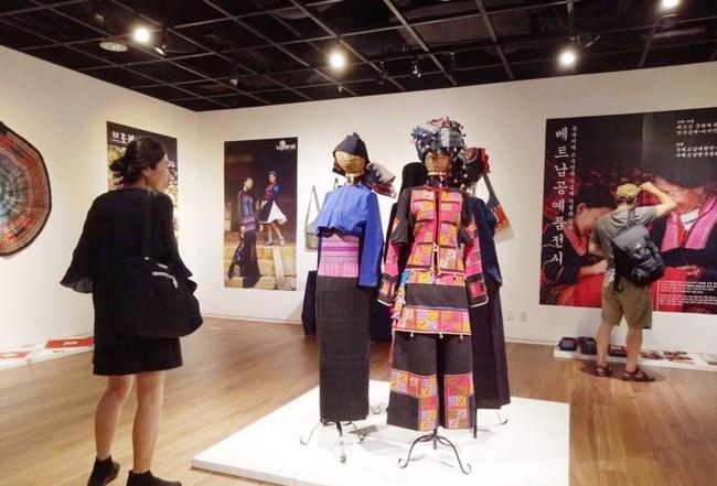 Khai mạc Triển lãm Thổ cẩm và lụa tại Seoul, Hàn Quốc - Ảnh 3.