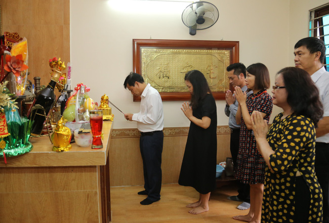 Bộ trưởng Nguyễn Ngọc Thiện thăm gia đình các cán bộ, công chức là con liệt sĩ  - Ảnh 1.