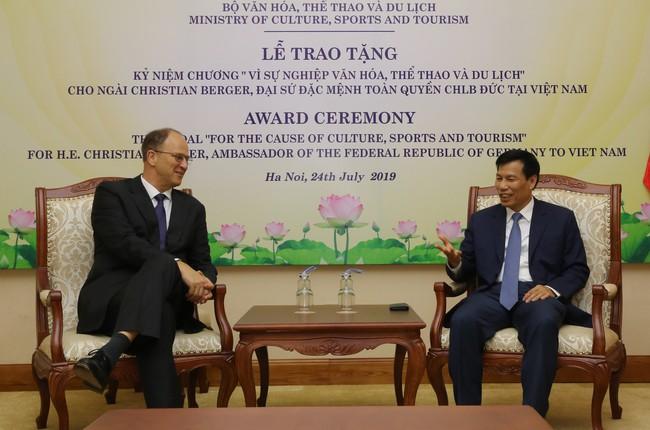 """Trao Kỷ niệm chương """"Vì sự nghiệp ngành Văn hóa, Thể thao và Du lịch"""" cho Đại sứ đặc mệnh toàn quyền Cộng hòa Liên bang Đức tại Việt Nam - Ảnh 1."""
