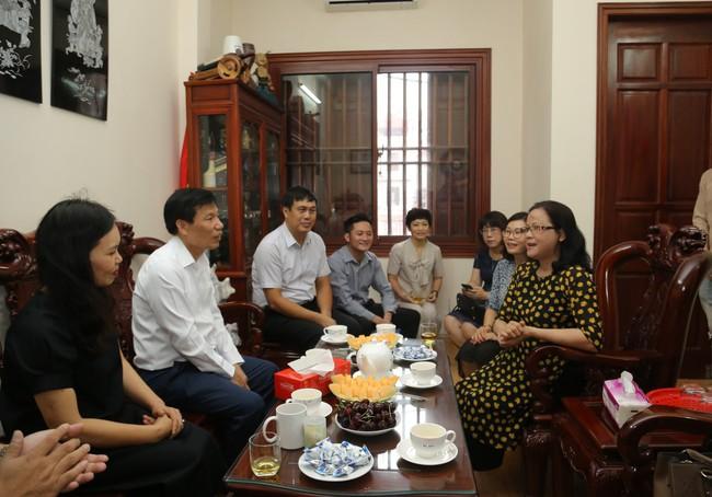 Bộ trưởng Nguyễn Ngọc Thiện thăm gia đình các cán bộ, công chức là con liệt sĩ  - Ảnh 2.