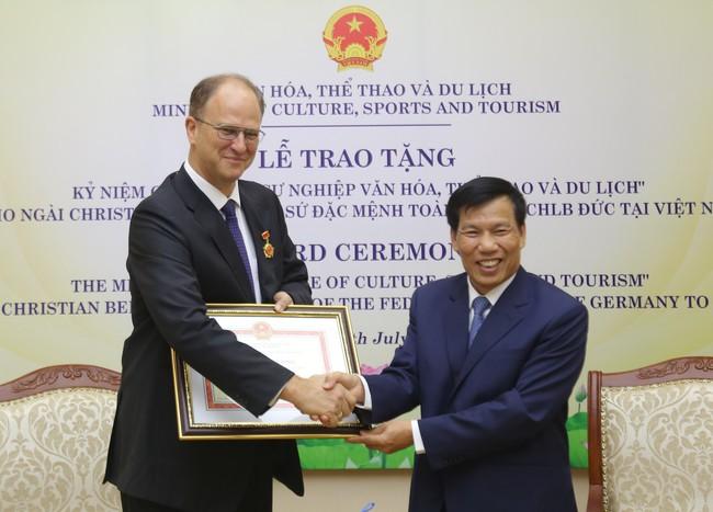 """Trao Kỷ niệm chương """"Vì sự nghiệp ngành Văn hóa, Thể thao và Du lịch"""" cho Đại sứ đặc mệnh toàn quyền Cộng hòa Liên bang Đức tại Việt Nam - Ảnh 3."""