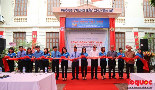 Khai mạc trưng bày 300 hiện vật, hình ảnh tái hiện 90 năm xây dựng và phát triển Công đoàn Việt Nam - Ảnh 1.