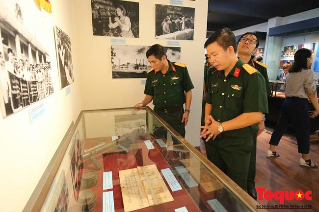 Khai mạc trưng bày 300 hiện vật, hình ảnh tái hiện 90 năm xây dựng và phát triển Công đoàn Việt Nam - Ảnh 11.