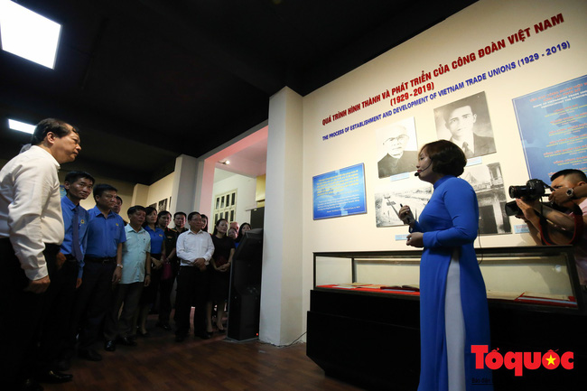 Khai mạc trưng bày 300 hiện vật, hình ảnh tái hiện 90 năm xây dựng và phát triển Công đoàn Việt Nam - Ảnh 2.